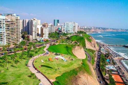 You can also Lima from the sky through paragliding! Photo via Visit Peru.